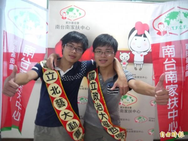 雙胞胎兄弟劉淯源、劉淯榮兄弟,分別錄取國立台北藝術大學動畫系、國立政治大學哲學系。(記者洪瑞琴攝)