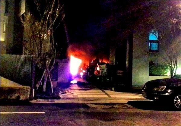 濃煙伴隨火舌,從大樓西側的1樓店住竄出。(記者彭健禮翻攝)
