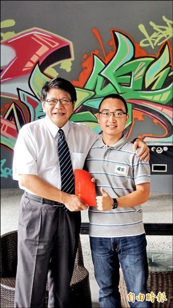 聯合助學脫貧方案,縣長潘孟安頒發獎學金鼓勵清大高材生李耀宗(右)。(記者羅欣貞攝)