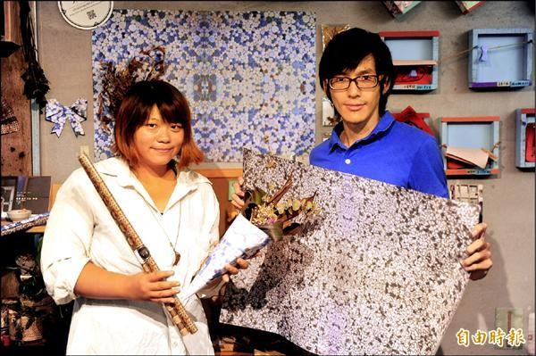 石罡緯(右)與高中同學王薰萍及設計師好友一起創業,將府城的意象融入紙中。(記者王捷攝)