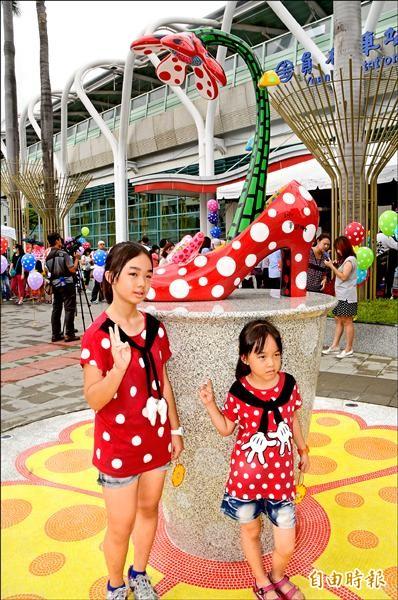 草間彌生專為員林火車站打造的紅底白點高跟鞋,傳達戀愛少女的心情。(記者顏宏駿攝)