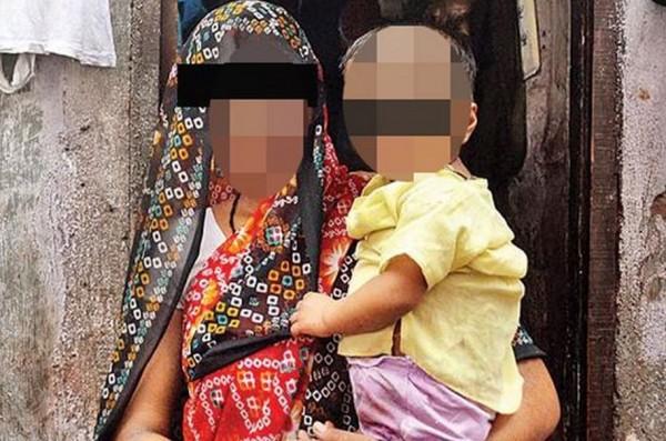 印度一名男童天生有3條陰莖、卻無肛門。(圖取自英國《鏡報》)