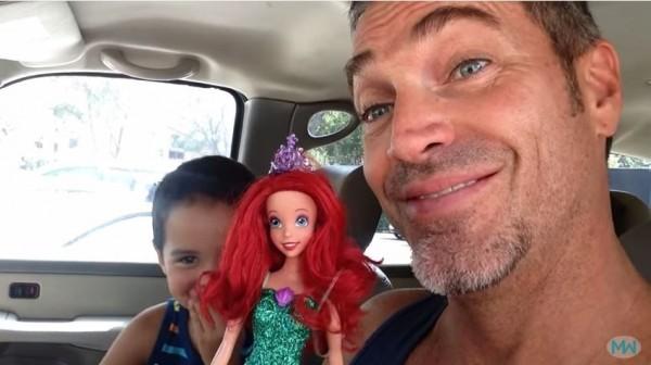 威利斯見兒子選擇「芭比娃娃」當生日禮物,並無感到驚訝,還對他溫情喊話。(圖取自YouTube)
