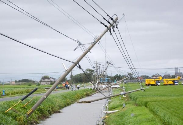 受天鵝颱風肆虐影響,日本九州已有49萬餘戶停電。(路透)