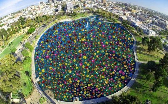 美國加州的麥克阿瑟公園湖上,近日湧入數千顆手繪彩球。(圖擷自mynewsLA)
