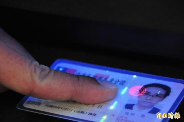 內政部長陳威仁今日表示,新式晶片身分證確定將結合廣受歡迎的自然人憑證,以及可供選擇的電子錢包。(資料照,記者李忠憲攝)