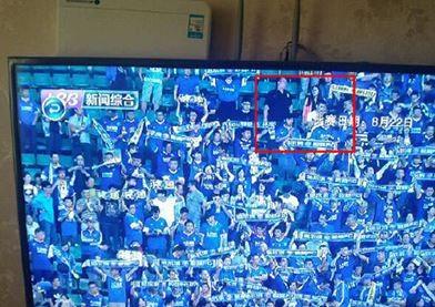 中國哈爾濱一名偷情男子,日前帶著小三到球場看比賽,不料卻被轉播畫面拍到兩人親密互動,更巧的是妻子還在家中看轉播,氣得妻子到現場抓姦。(圖擷取自中國網)
