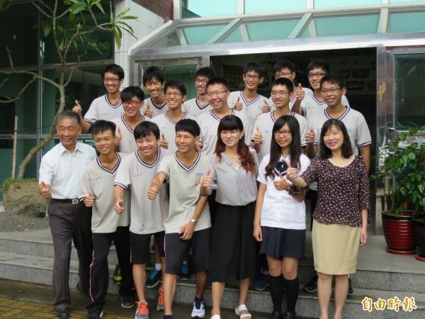 彰化高中在今年台灣區數學競賽大放光芒,團體組摘下最高榮耀金牌獎,指導老師長跟著學生們一起沾光。(記者張聰秋攝)