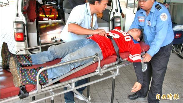 被虎頭蜂螫傷的農民由救護車緊急送台中榮總埔里分院急救。(記者佟振國攝)