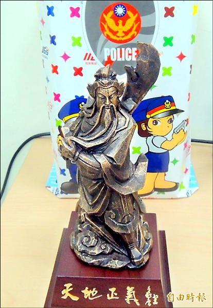 南投縣警察局打造的關公雕像,左手拇指比讚,右手將關刀放在背後,有諭示遵守用槍規定。(記者謝介裕攝)