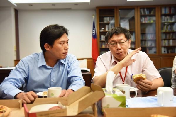 時代力量新北市立委參選人黃國昌(左)今晚拜會台北市長柯文哲。(圖擷取自黃國昌臉書)