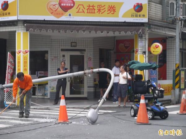 宜蘭市中華路與農權路口路燈今早八點四十左右倒塌。(記者簡惠茹攝)