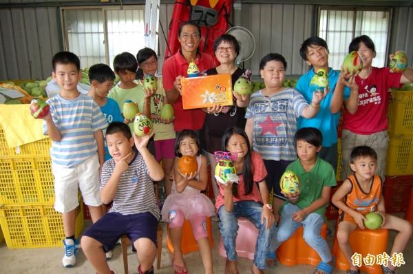 麻豆「5012」柚意思生態果園柚農李佳翰(後排左五)賣柚捐助北台南家扶中心教育基金。(記者楊金城攝)