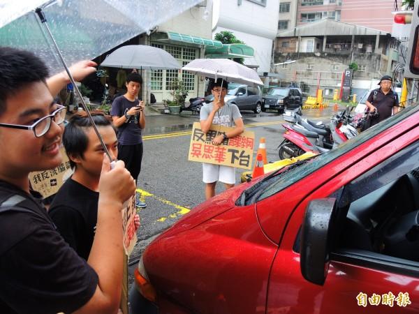 學生擋住教育部座車呼口號,但教育部長吳思華未在車內。(記者林良昇攝)