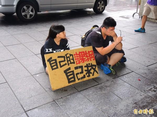 學生在金典酒店門口靜坐,卻枯等不到吳思華。(記者林良昇攝)