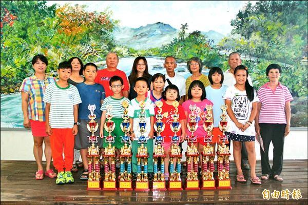 美濃學童參加數學心算比賽,抱回十座冠軍,師長們欣喜若狂。(記者陳祐誠攝)