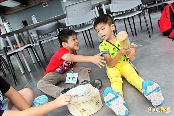 林政勳(左)與林政翰小兄弟,哥倆感情好。(記者洪瑞琴攝)