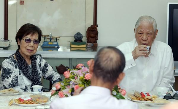 李登輝前總統(右)昨天偕同夫人曾文惠(左)與貓空茶農張萬福等人茶敘。(中央社)