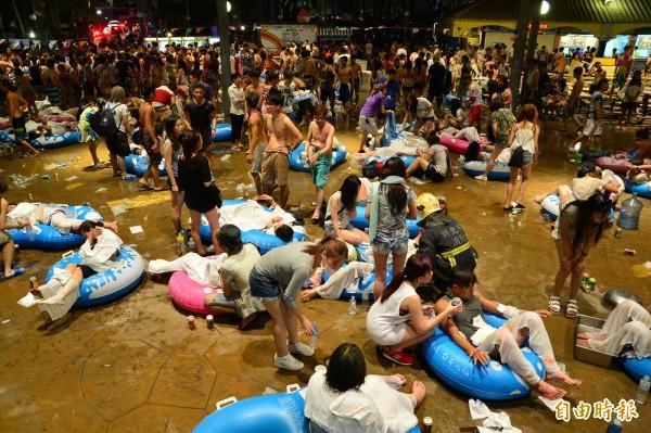 八仙樂園粉塵爆炸案,現場造成近500人受傷,許多傷患痛得不斷哀嚎。(資料照,記者王藝菘攝)
