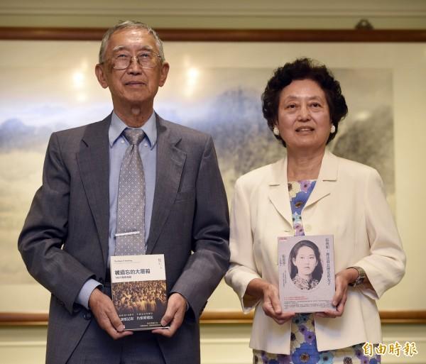 華裔作家張純如雙親張盈盈博士(右)及張紹進博士,兩人於27日在外交部的安排下與媒體會面。(記者叢昌瑾攝)