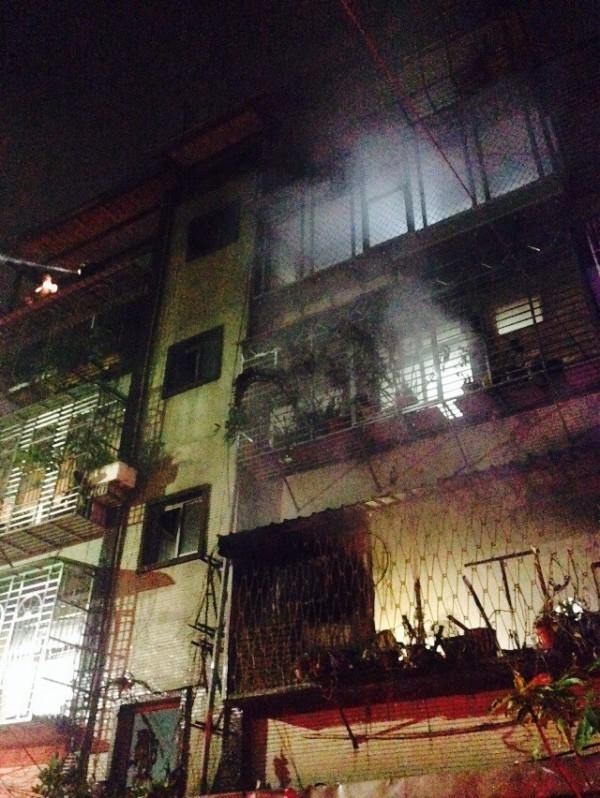 中和區連城路477巷一棟5層樓,樓頂加蓋的公寓今晚8時半左右傳火警,有濃煙竄出。(民眾提供)