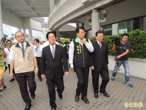 市長賴清德率市府團隊從市府步出,往議會前進。(記者洪瑞琴攝)
