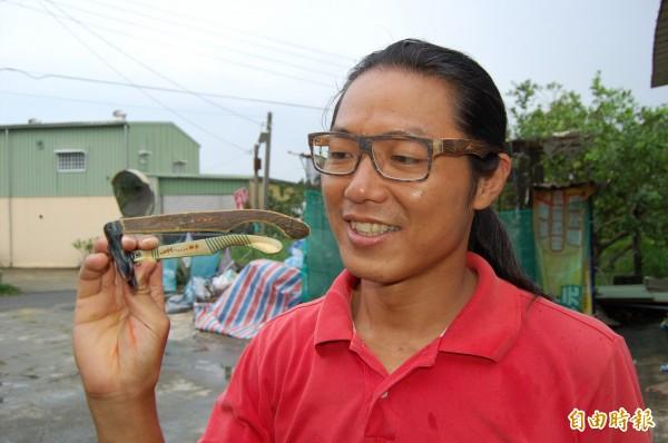 麻豆柚農李佳翰戴上手工柚木眼鏡,就是位型男。(記者楊金城攝)