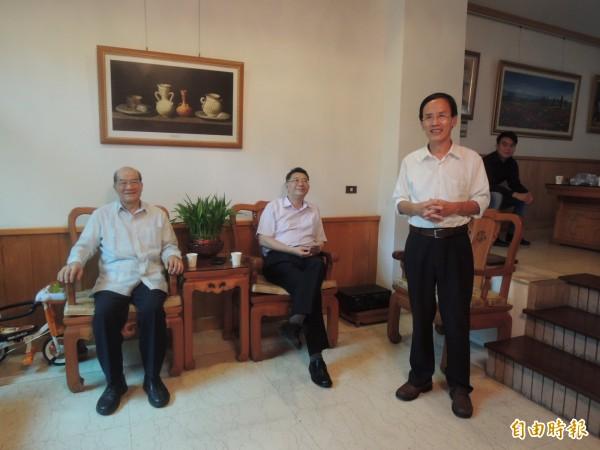 台聯黨主席黃昆輝(左)、秘書長林志嘉(中)今上午到市議員蔡永泉(右)家中茶敘, 痛批連戰參加中國閱兵, 分不清敵我。 (記者王善嬿攝)