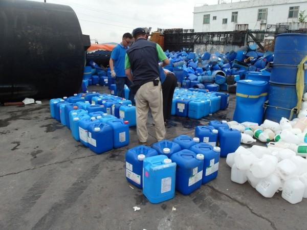 秋煌企業社負責人辯稱「只是舊存貨」,卻被檢警查獲這些桶子的製造日期是這個月中旬,當場打臉。(記者陳恩惠翻攝)