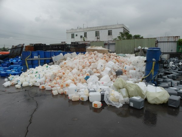 檢警說,秋煌又被查獲回收醫療、化學藥劑空瓶壓碎轉售。(記者陳恩惠翻攝)