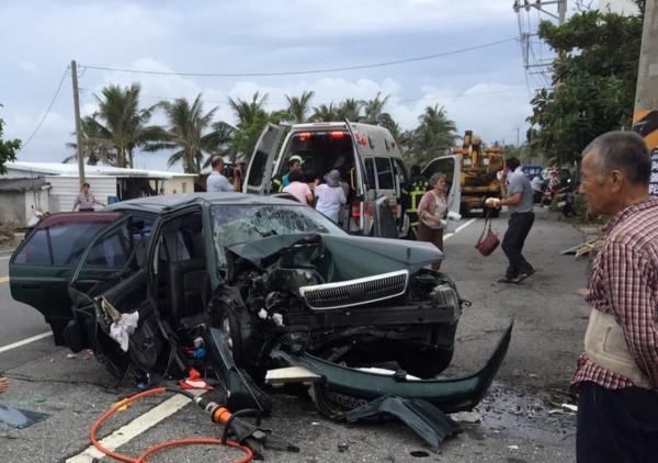 自小客車自撞電桿,右側車體宛如廢鐵,造成1死4傷慘劇。(記者陳賢義翻攝)