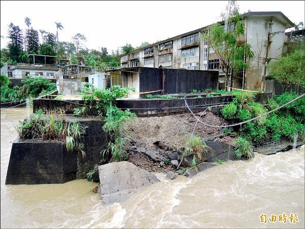 安坑安泰路7巷五重溪護堤遭洪水沖垮。(記者翁聿煌攝)