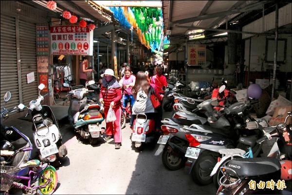 東港鎮第二公有零售市場擬設徒步區,但反對的攤販佔多數。圖為市場周邊人車混雜的情形。(記者陳彥廷攝)