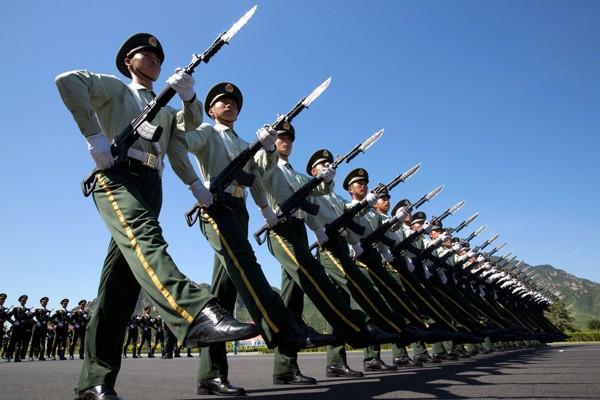 圖為中國解放軍練習踢正步。(美聯社資料照)