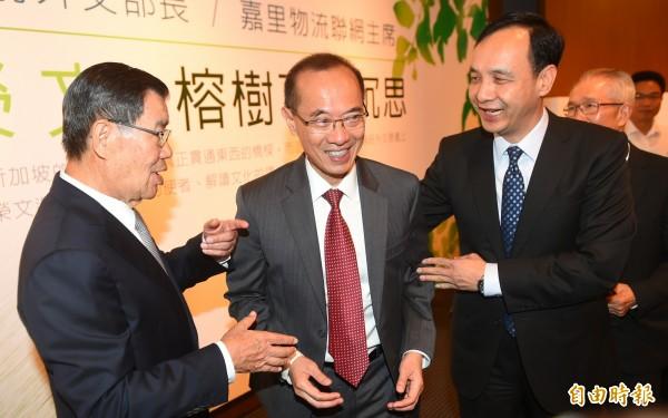 前新加坡外交部長楊榮文(中)28日來台發表新書《榕樹下的沉思》,前副總統蕭萬長(左)與國民黨主席朱立倫(右)等台灣政擅人士出席新書茶會。(記者張嘉明攝)