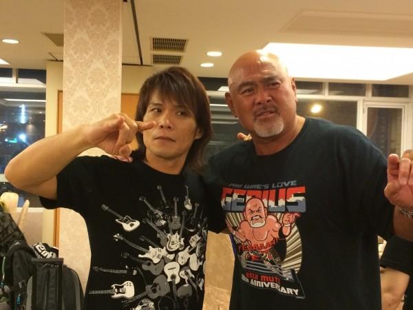 伍佰與武藤敬司在演唱會慶功宴合照。(資料照,圖:環球)