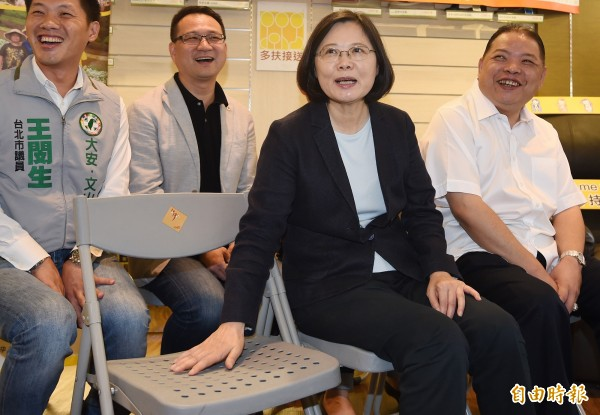 民進黨主席蔡英文27日在台北出席在地希望系列活動參訪「多扶接送」公司,她在聆聽簡報時,邀請現場媒體記者坐在身邊座位上,體驗成為鎂光燈焦點的滋味。(資料照,記者廖振輝攝)