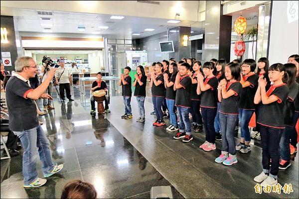 台灣原聲童聲合唱團即將展開歐洲巡演,昨天在記者會中演唱「茉莉花 」等歌曲。(記者張協昇攝)