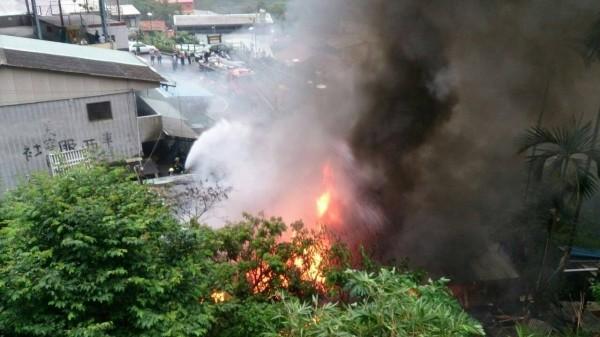 水里鄉車埕村一處倉庫清晨發生大火,消防隊到達後趕緊以水柱灌救。(記者劉濱銓翻攝)