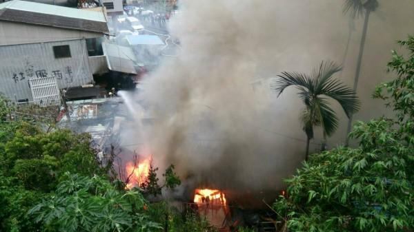 水里鄉車埕村一處倉庫清晨發生大火,烈焰沖天驚醒附近住戶。(記者劉濱銓翻攝)
