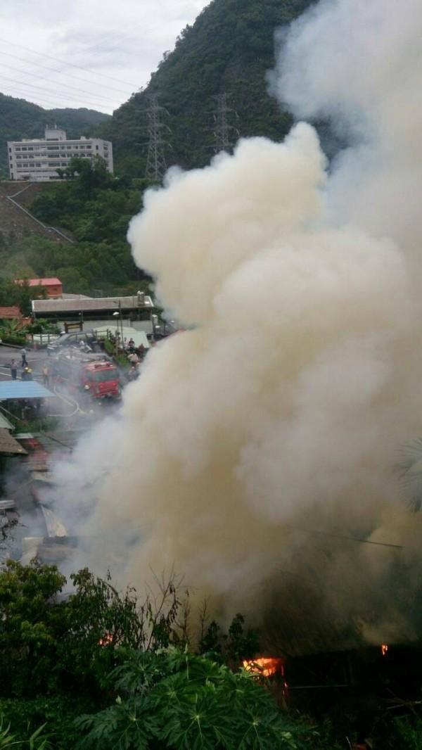 水里鄉車埕村一處倉庫清晨發生大火,火勢烈焰直衝天際令人怵目驚心。(記者劉濱銓翻攝)