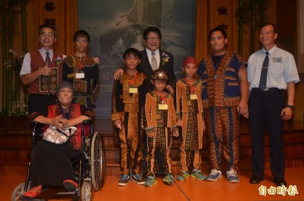 蕭念誠(後左二)四兄弟同獲慈濟新芽獎,縣長潘孟安前往頒獎祝賀(記者葉永騫攝)
