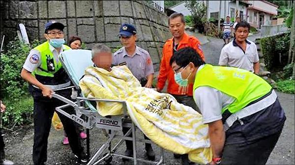 80歲廖姓老翁被尋獲時身體虛弱,有失溫現象,消防人員將他送醫急救。(記者黃淑莉翻攝)