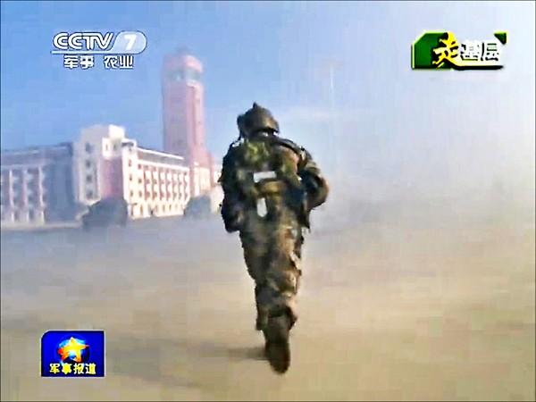 圖為中國央視七月底播出的軍演畫面。(取自網路)