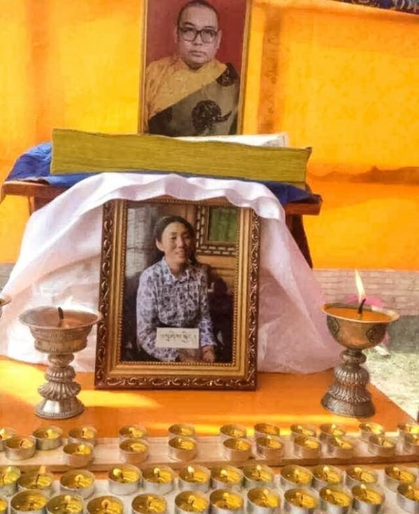中國甘肅27日發生了一起自焚事件,一位名為扎西吉的藏人女子自焚抗議政府強拆,不幸身亡,而她的遺體在28日早上被中國軍警搶走。(圖擷取自自由亞洲電台)