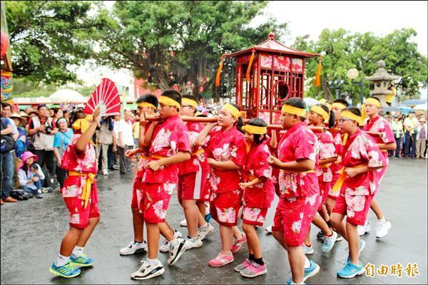 分香廟創意踩街,花蓮竹田義民廟今年由當地國小學童負責抬轎。(記者黃美珠攝)