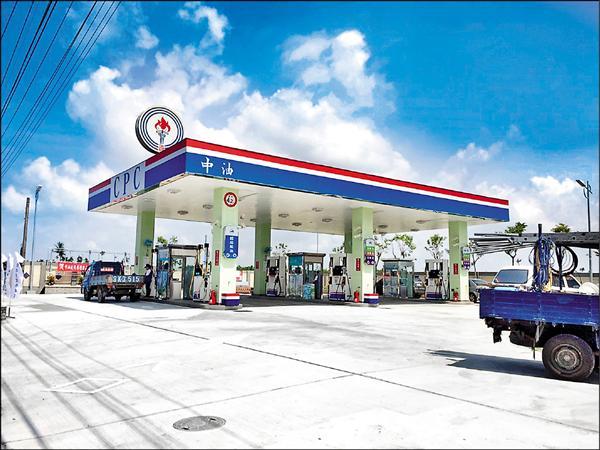 國際油價直直落,中油要求趁低油價時機檢討油價公式,。經濟部表示,尚有部分爭議,希望新版公式修正後能於年底上路。(資料照)