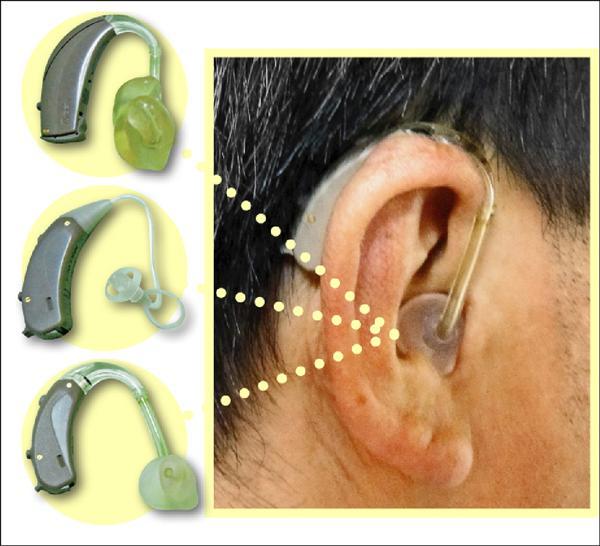 ▲「耳掛型」助聽器是掛在耳殼上方,不會有耳道內悶塞感,但缺點是較易被旁人看見。(照片提供/廖伯武)