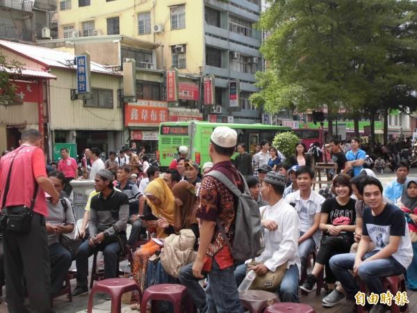 第一廣場大樓及周邊販賣許多東南亞特色商品與飲食,被稱為「台中小東南亞」。(記者黃鐘山攝)