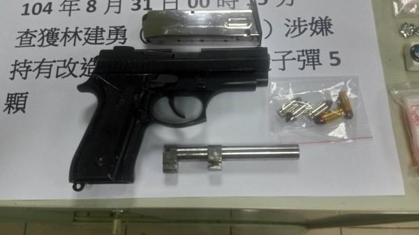 新竹縣警察局刑警大隊今天拘捕林姓竊盜通緝犯時,在其提包中查獲改造槍彈和毒品一批。(記者廖雪茹翻攝)